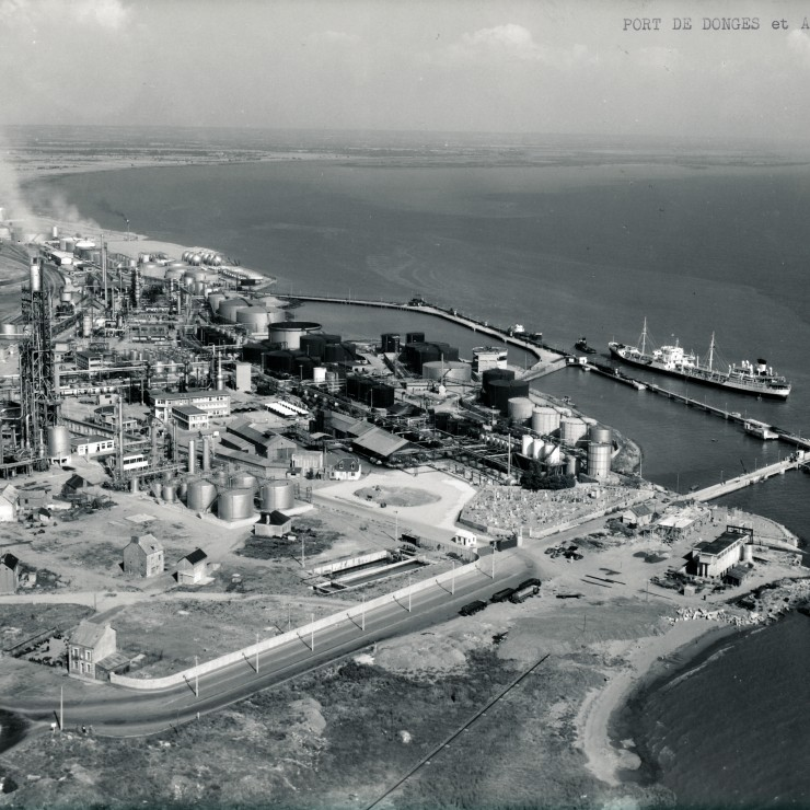 Donges: the ANRAR oil refinery in the 1960s. Credit: Ray-Delvert.